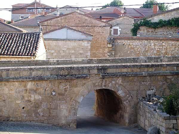 Arco de medio punto bajo el muro que divide el pueblo en dos barrios.