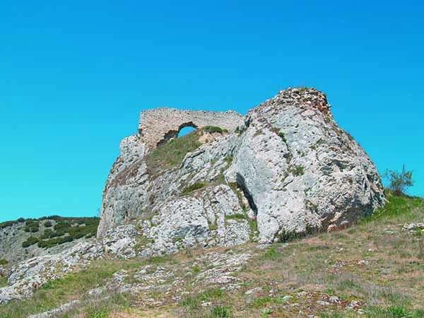 El castillo de Ubierna -actualmente en ruinas- se adapta a la roca sobre la que se asienta.