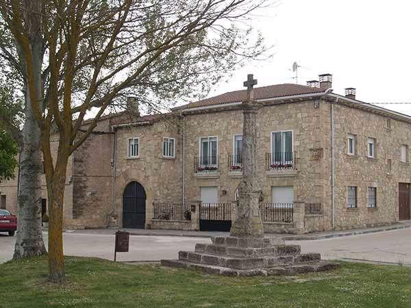 En las inmediaciones de la iglesia de Acorro se sitúa el Crucero, del siglo XVIII.