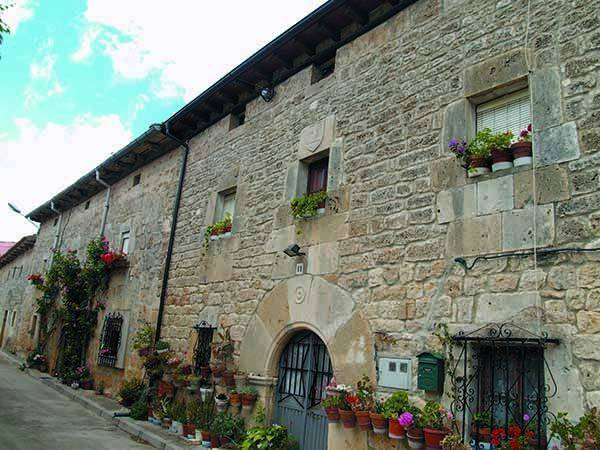 En el entramado urbano de la localidad hay sólidas construcciones de piedra.