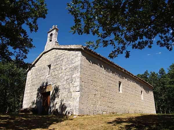 Ermita de Nuestra Señora del Robledillo, ubicada en un bello paraje natural.