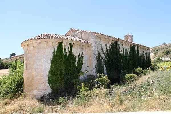 Ermita de Santa María, con el ábside en primer término.