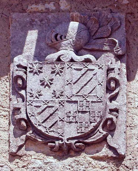 Escudo de armas que luce en una de las fachadas de la localidad.