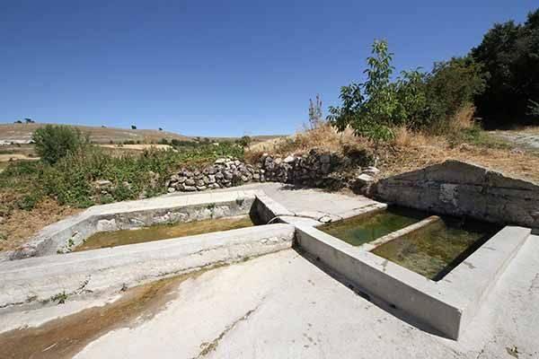 Fuente de piedra, lavaderos y abrevaderos.