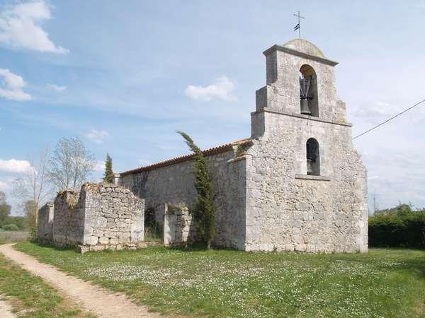 La iglesia de la Natividad de Nuestra Señora tiene elementos de estilo románico popular.