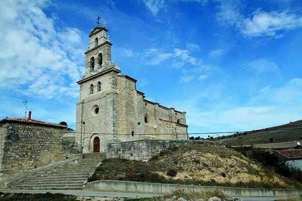 La iglesia de Nuestra Señora de la Natividad, vista desde abajo.