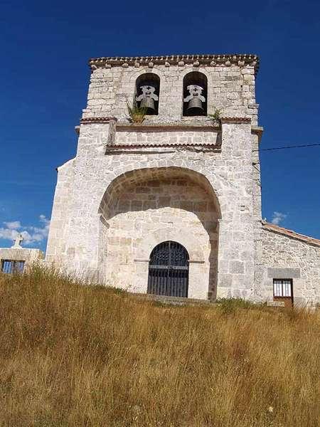 Imagen de la torre y el pórtico de la iglesia de San Justo y Pastor.