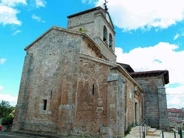 La iglesia de San Miguel Arcángel, de origen románico, tiene elementos góticos y barrocos.
