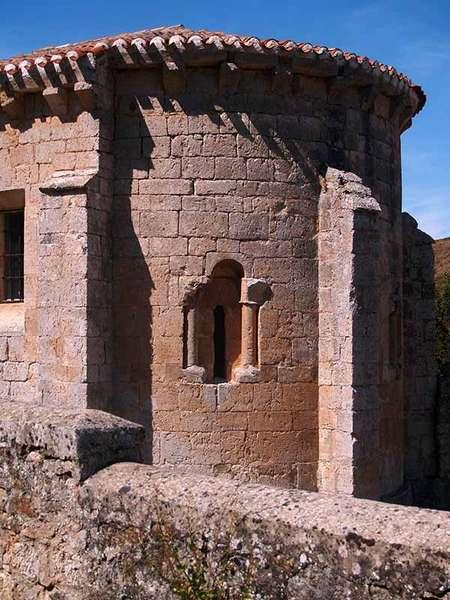 Vista del ábside románico de la iglesia de San Vicente Mártir.
