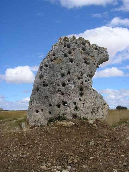 Menhir de Piedra Alta, con sus característicos huecos.