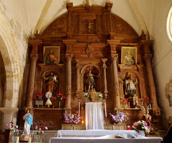 Retablo mayor de la iglesia de San Mamés, en madera sin policromar.