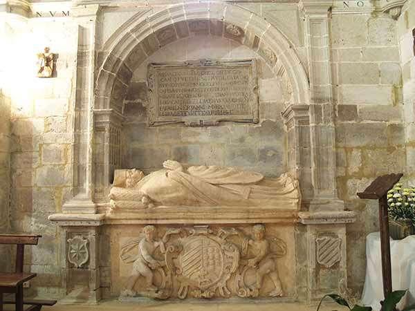 Uno de los magníficos sepulcros que se encuentran en la iglesia de San Martín de Tours.